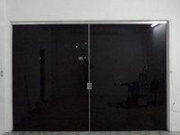 Porta com película grafite G5 instalada, área interna durante a noite