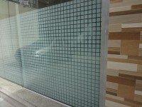 Detalhe da porta com película decorativa Bold Block.